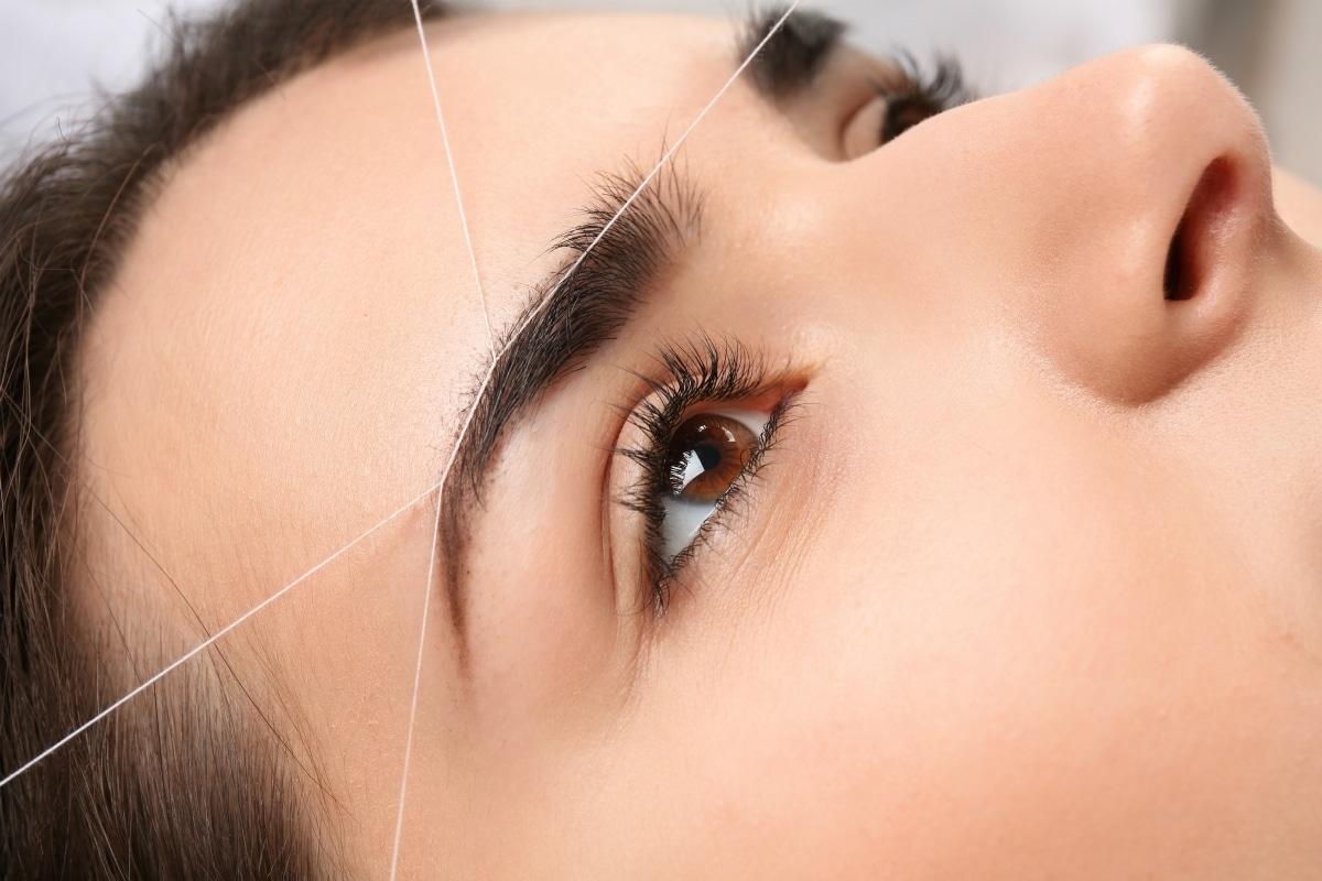 depilación de cejas con hilo